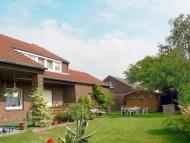Hausansicht mit Garten und Grillhütte